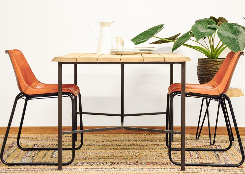 Mesa comedor de madera maciza y acero.