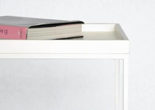 Mesa blanca pequeña detalle