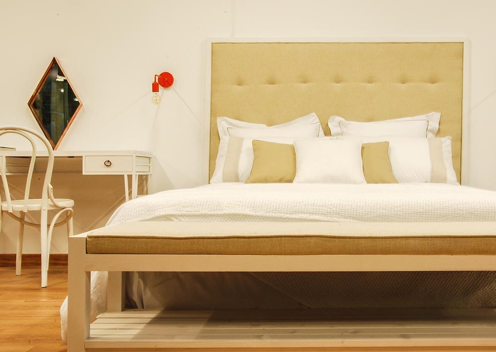 Cabecero de madera y tapizado de lino
