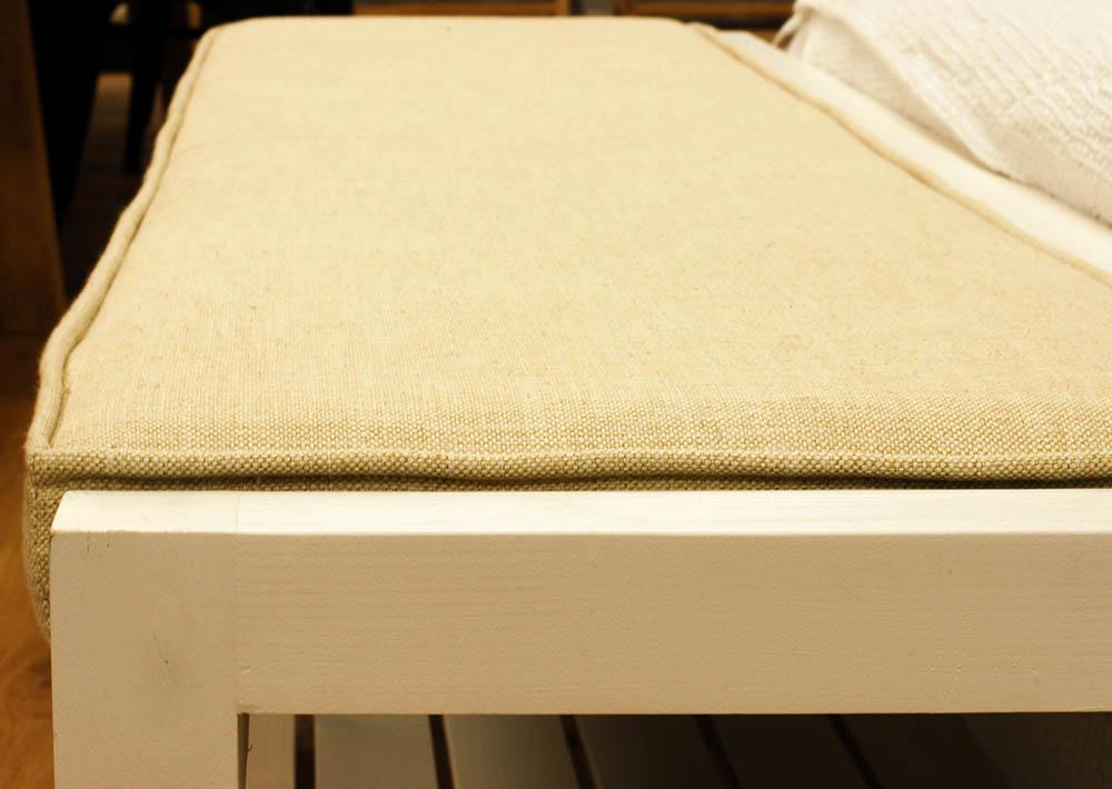 Banco para dormitorio con tapizado de lino