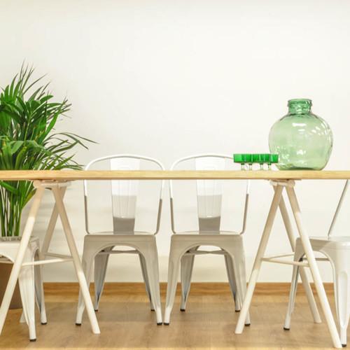 Mesa de comedor de madera maciza de eucalipto y trípodes de acero