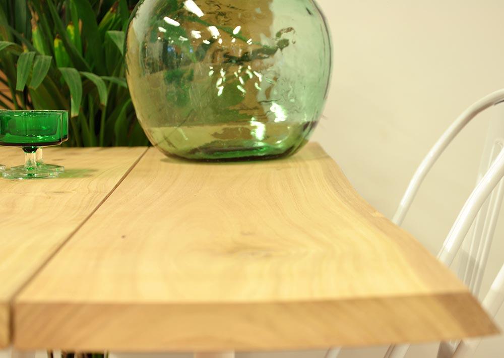 Mesa comedor de madera maciza y trípode de acero
