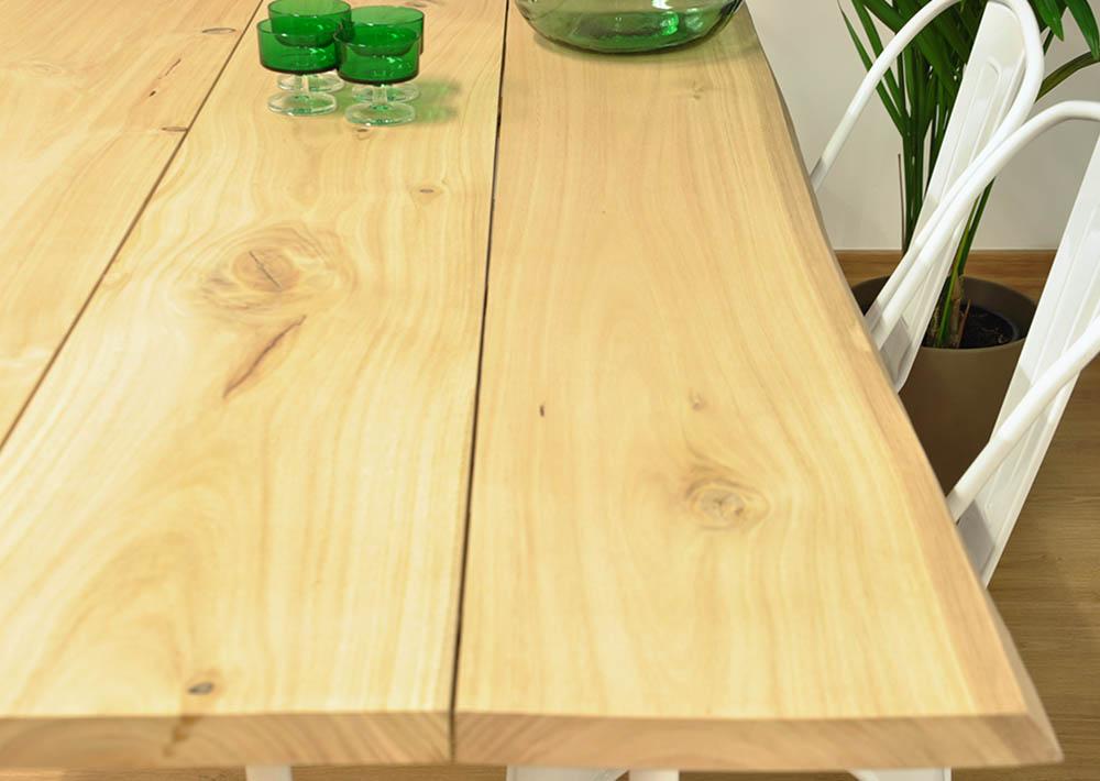 Mesa comedor de madera maciza de eucalipto y trípode de acero.