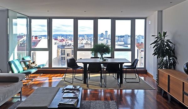 Un salón que mira al Atlántico decorado por Cube Deco