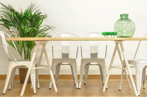 Mesa de comedor de madera y patas blancas